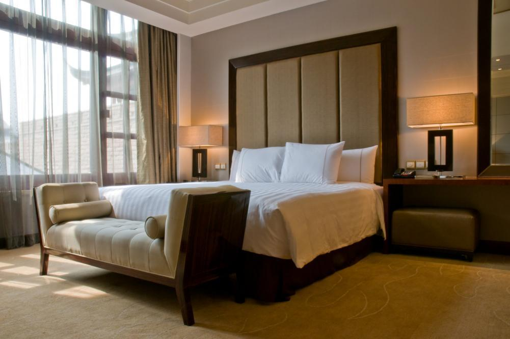 http://streaming.yayimages.com/images/photographer/3523studio/041aa6e70afffa9b9decff566f0a34e7/bedroom-of-a-elegant-5-star-luxury-hotel.jpg