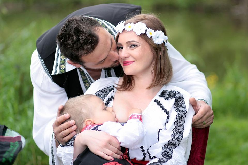 https://pixabay.com/photos/family-breastfeeding-mom-dad-son-1350744/